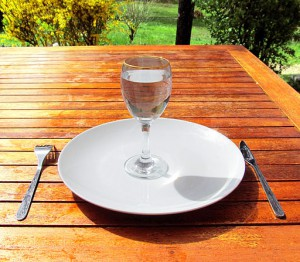 512px-Fasting_4-Fasting-a-glass-of-water-on-an-empty-plate